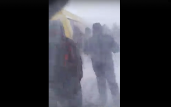 В Норильске горняки выталкивали автобус из снежного затора