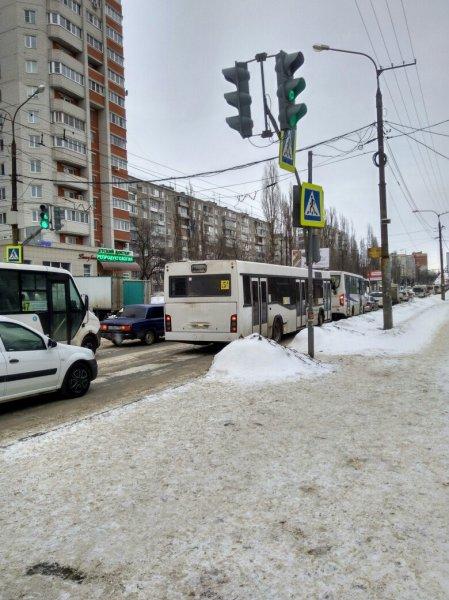 В Воронеже сильный ветер развернул светофор от водителей