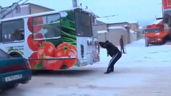 В Красноярске подросток проехал остановку, прицепившись к автобусу