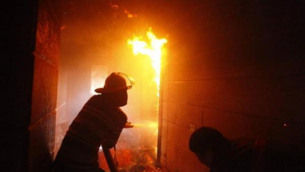В центре Москвы сотрудники МЧС вызволили человека из горящей квартиры