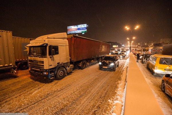 На трассе Москва-Киев из-за снегопада образовалась пробка из грузовиков