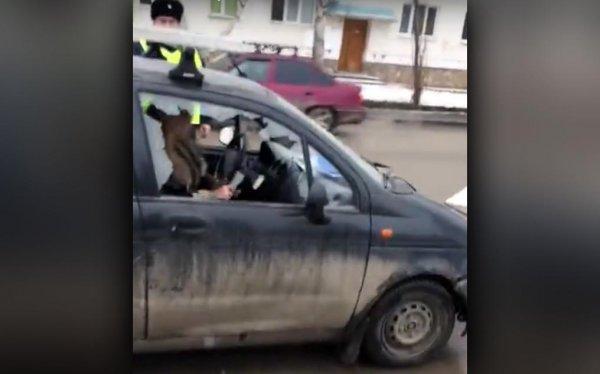 Россиянка на глазах ребенка «избила» свой автомобиль топором