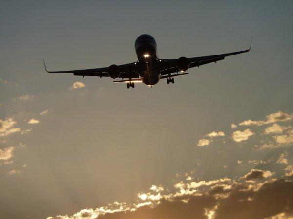 В Воронеже сняли на видео пугающую посадку самолета