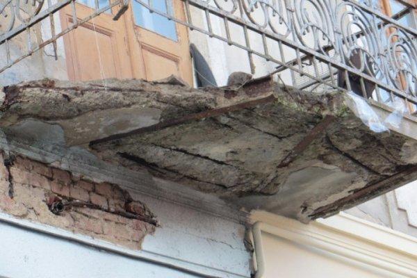 Обрушенный балкон в Тюмени никому не навредил