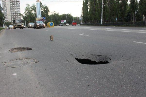 В Ростове-на-Дону асфальт не выдержал иномарку
