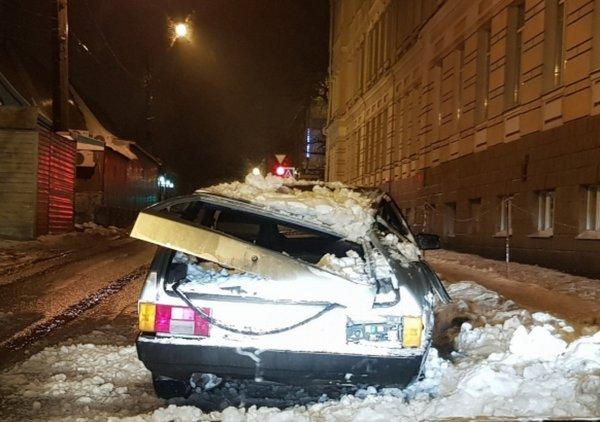 В Новочеркасске с крыши упала глыба снега и раздавила автомобиль