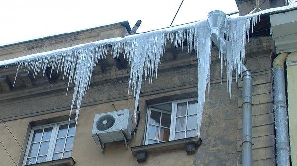 На голову мужчины в центре Москвы упала ледяная глыба