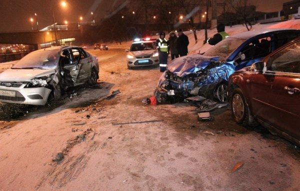 Два человека пострадали при столкновении иномарок в Москве