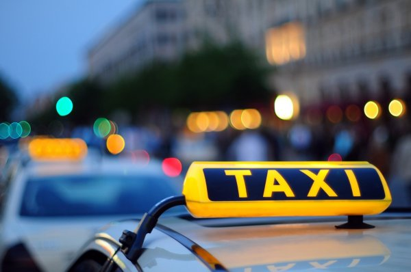 Фирма отблагодарила пьяного мужчину, оплатив такси на 600 километров