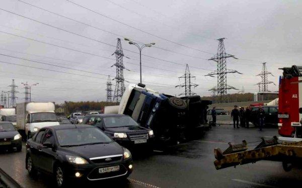 В Москве на МКАД две машины и грузовик попали в ДТП