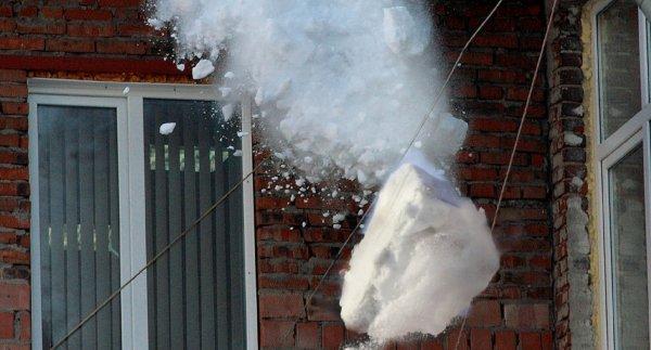 В Саратове мужчину накрыло снежным обвалом
