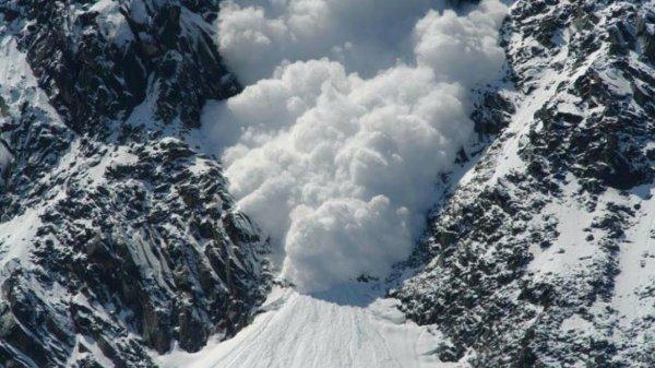 В Мурманской области двух туристов накрыла лавина