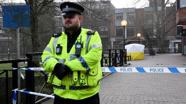 Мужчина напал на полицейского, прорываясь в здание, у которого нашли Скрипаля