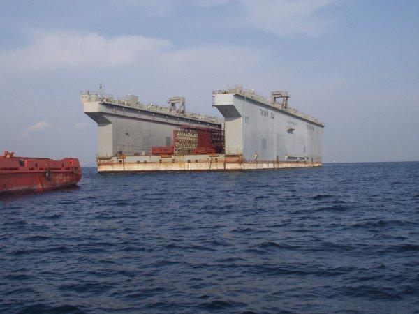 Во Владивостоке в порту затонул плавучий док