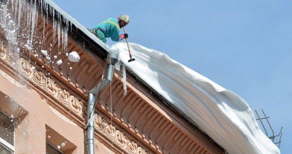 В Москве глыба льда упала на работницу прокуратуры