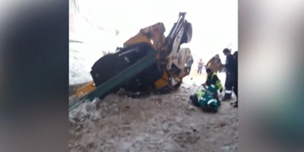Опубликовано видео с места столкновения электрички и эскаватора в Москве