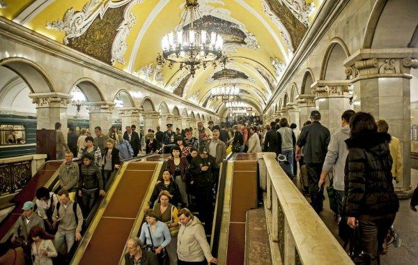 В метро Москвы иностранец спрыгнул на рельсы, чтобы справить малую нужду