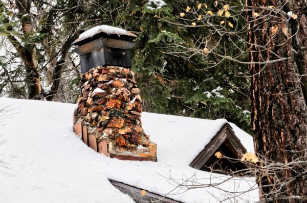 В Томске огромная глыба снега упала с крыши многоэтажки и чуть не убила ребенка