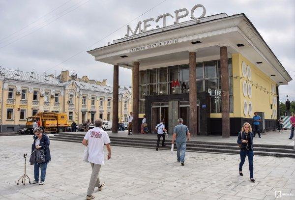 В Москве несовершеннолетние феминистки пытались раздеться в метро