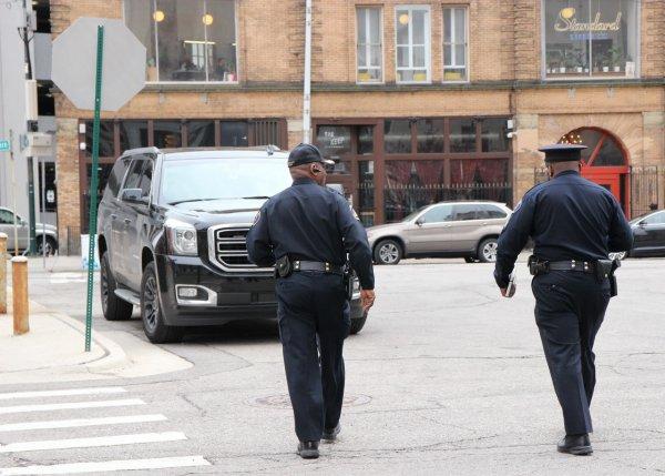 Полицейские проверяют данные о гранате во дворе дома в Царицыне