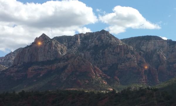 В США очевидцев шокировали золотые огни НЛО в горах Аризоны