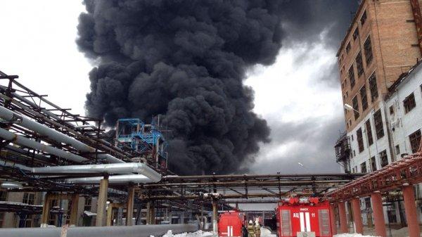 На Ярославском шоссе полыхает масштабный пожар