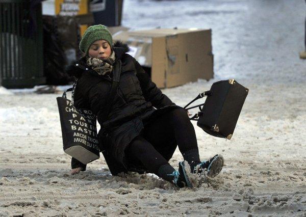 Жительница Воронежа отсудила у УК 180 тыс. рублей за сломанную на льду ногу