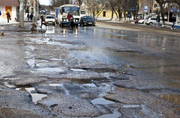 Фура провалилась под асфальт в Кемерово