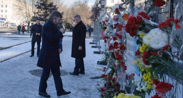 Украинцы возлагают цветы у российского посольства из-за трагедии в Кемерово