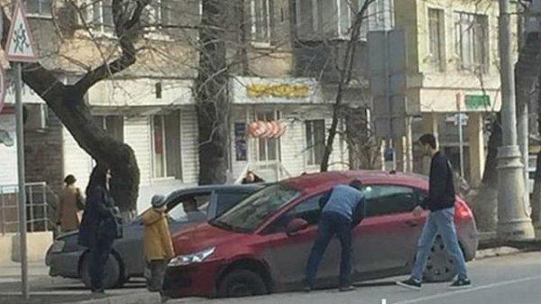 Иномарка в центре Ростова провалилась прямо под асфальт