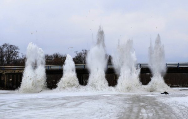 Взрыв льда на реке оставил без стекол многоэтажки Семипалатинска