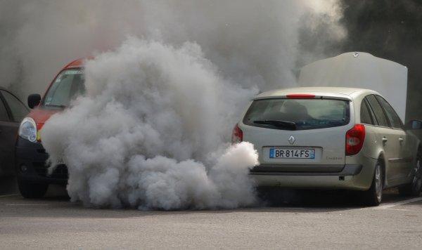 Несколько машин повредило взрывом в Мурманске