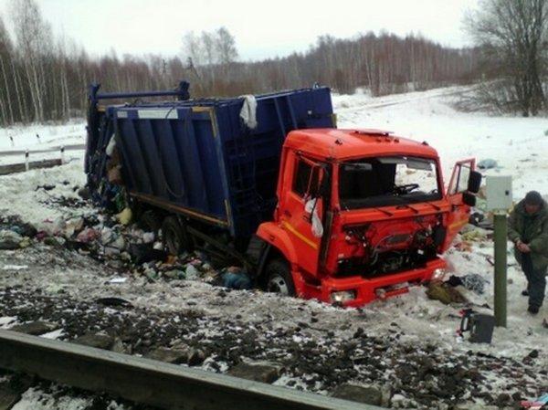 В Тульской области произошло ДТП с участием автомобиля КамАЗ и поезда