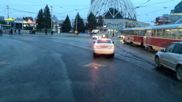 Автобус врезался в легковую машину в Екатеринбурге