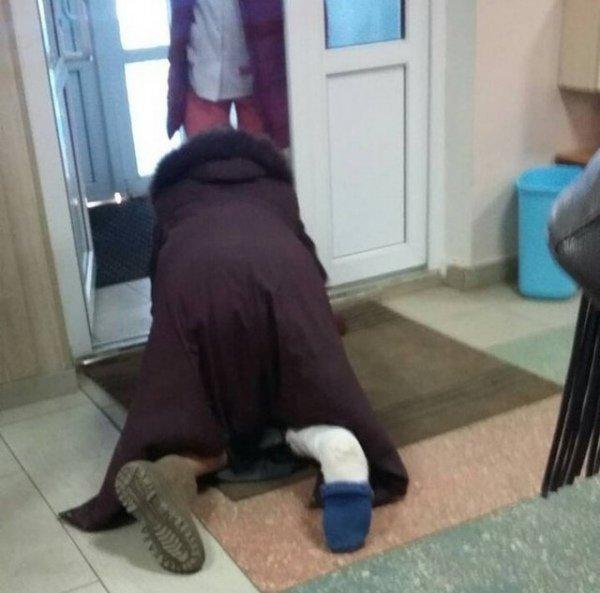 В Курской области женщина со сломанной ногой выползала из больницы
