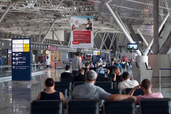 В аэропорту «Внуково» мужчина напал на девушку и поколотил журналом