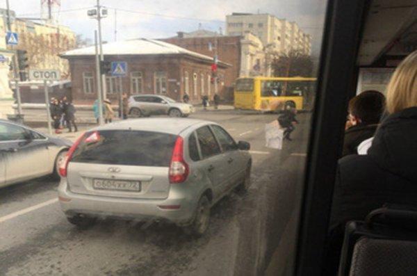 Тюменцы занимаются физкультурой на пешеходном переходе