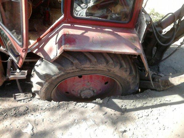 В Саратове на Слонова трактор провалился в глубокую яму-ловушку