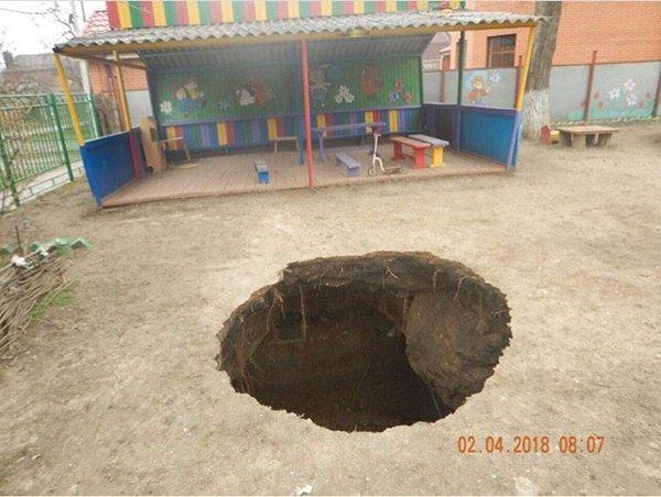 В Таганроге на территории детского сада произошел огромный провал грунта