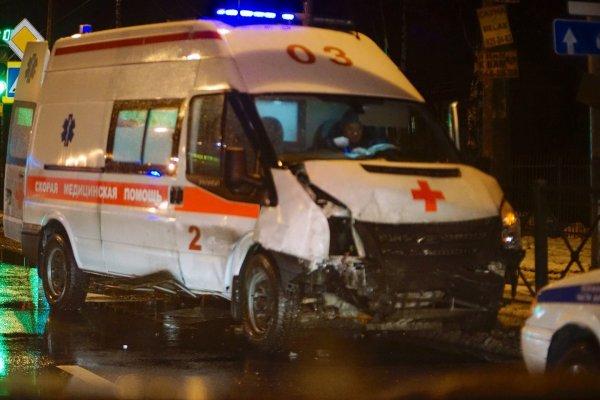 В Москве столкнулись скорая помощь с Mercedes