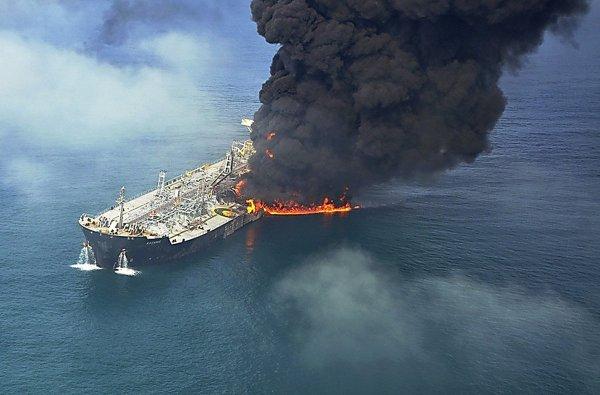 На судоремонтном заводе в Самаре вспыхнул танкер