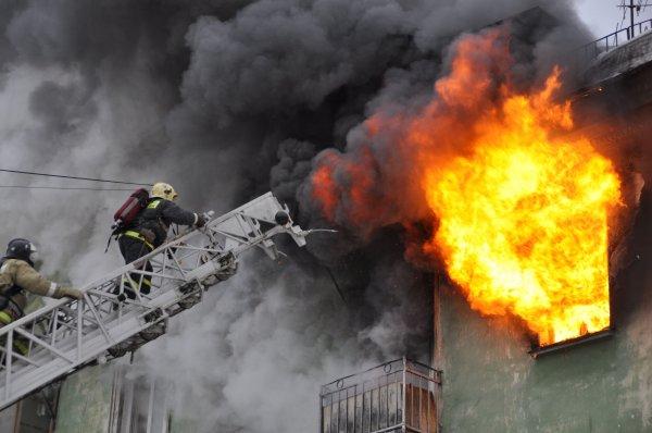 В Алматы пожарные борются с пожаром в жилой многоэтажке