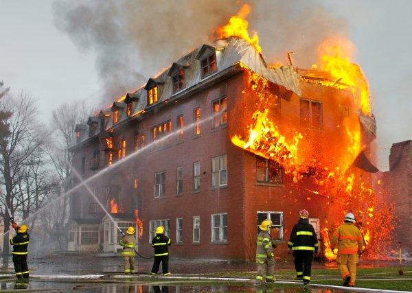 В Нижнем Новгороде вспыхнул склад деревообрабатывающего комбината