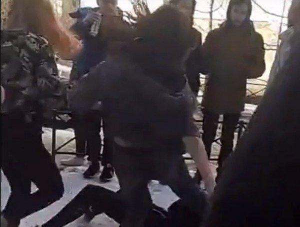Это тебе за все: Школьницы из Петербурга избили ровесницу на камеру