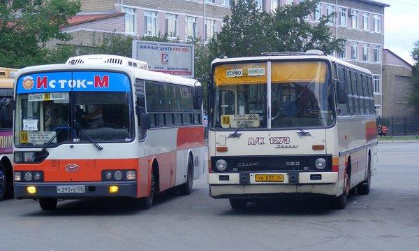 Автобус, сминающий седан в Приморье, попал на видео