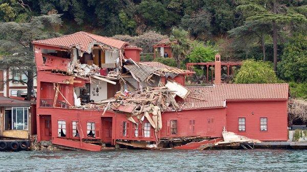 Мальтийский Танкер разрушил исторический особняк в Босфорском проливе