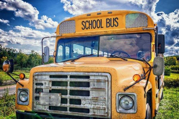 При столкновении школьного автобуса с пролетом эстакады в США пострадали 42 человека