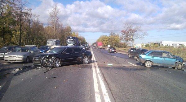 На юго-западе Москвы самосвал протаранил девять авто