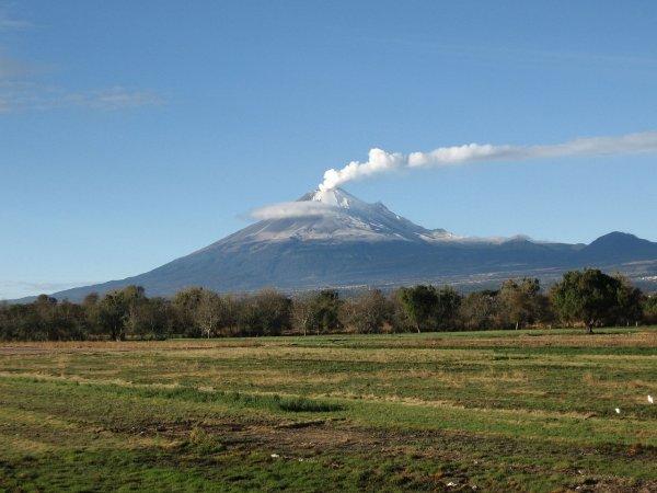 Вулкан Попокатепетль извергается в Мексике