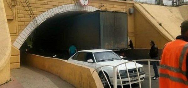 В Армавире застряла фура, водитель которой пытался въехать в узкий тоннель